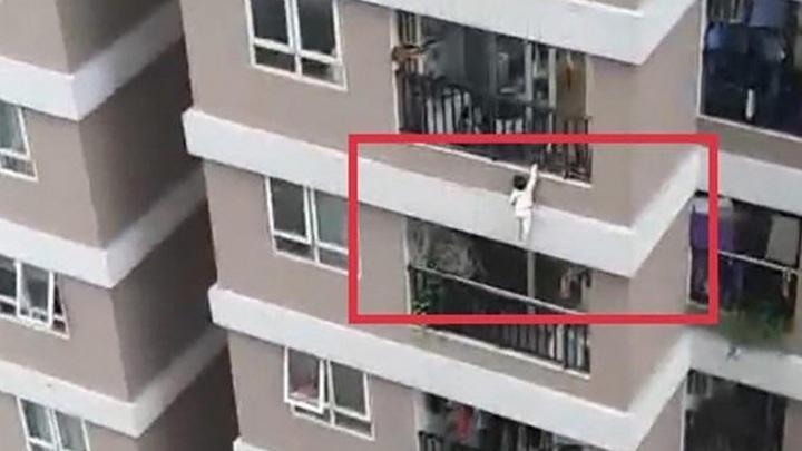 Водитель поймал выпавшую с 12-го этажа маленькую девочку