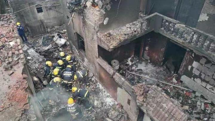 Самолет рухнул на жилые дома на юго-востоке Китая