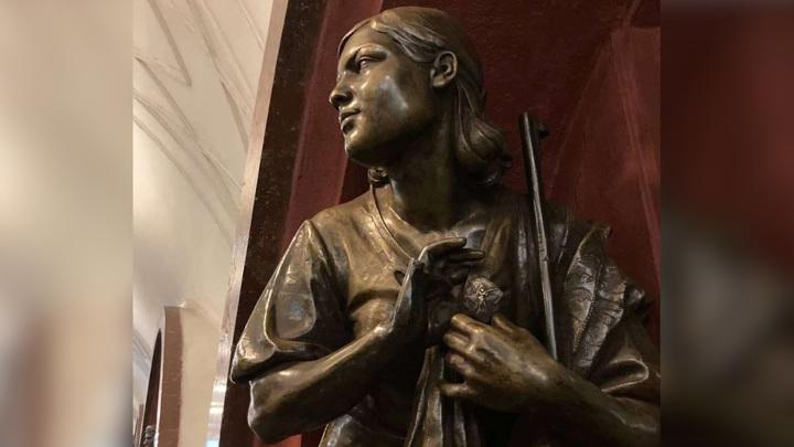 "У статуи на станции ""Площадь Революции"" похитили палец"