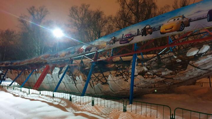"""В Вологде под тяжестью снега обрушилась крыша аттракциона """"Автодром"""""""