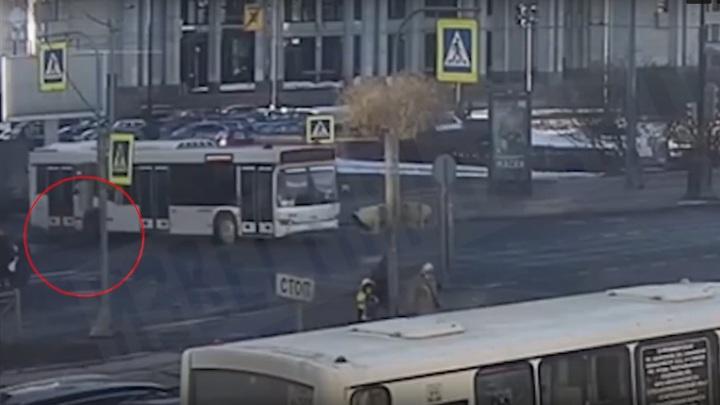 Автобус сбил школьника на самокате в Петербурге