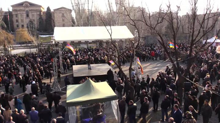 Пашиняна страховали около парламента снайперы и ОМОН