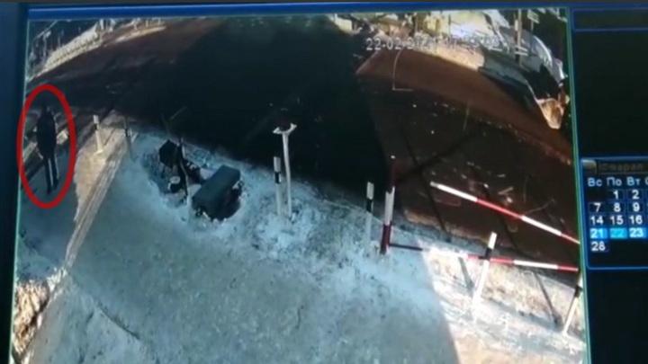 В Новосибирской области из-под колес поезда спасли мужчину