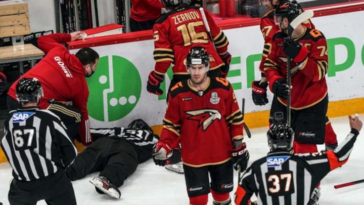 Арбитр упал на лед без сознания во время матча КХЛ