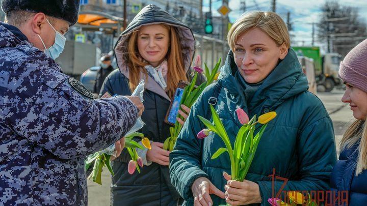 Цветы, маски и листовки о COVID-19. Как росгвардейцы поздравили женщин в Туле