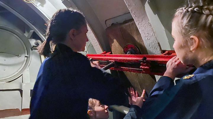 Девушки-курсанты поборолись за живучесть корабля