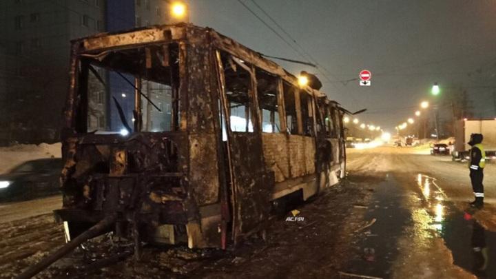 В Новосибирске загорелся трамвай с пассажирами