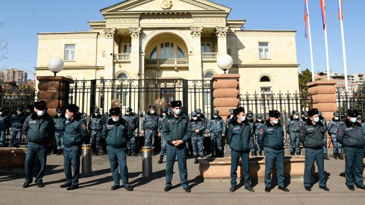 Резиденцию президента Армении взяли под усиленную охрану