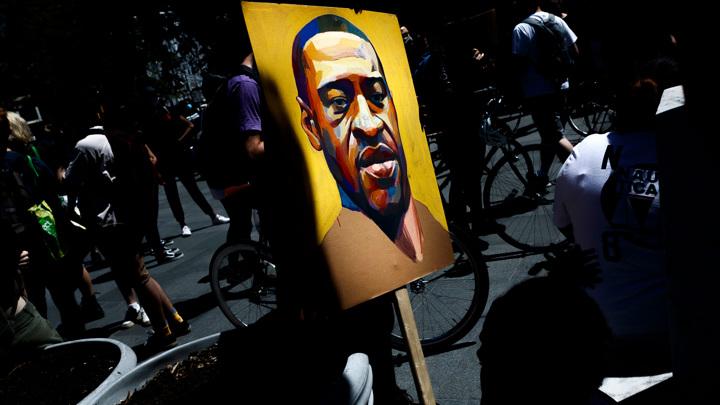 Десятки людей собрались в Миннеаполисе на месте гибели Джорджа Флойда