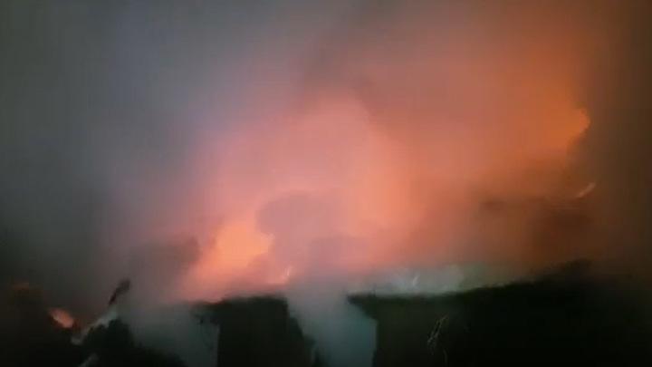 Амурские пожарные вытащили из горящего помещения двоих человек