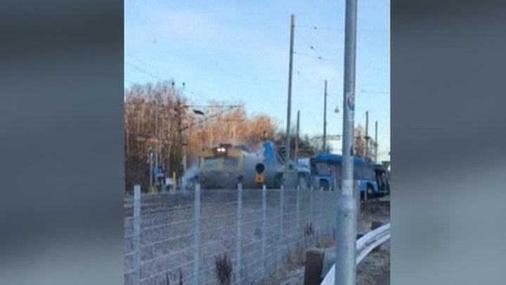 Очевидец снял, как автобус скинул поезд с рельсов и сгорел