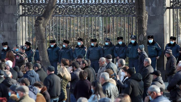 Оппозиция перекрыла все выходы из парламента Армении