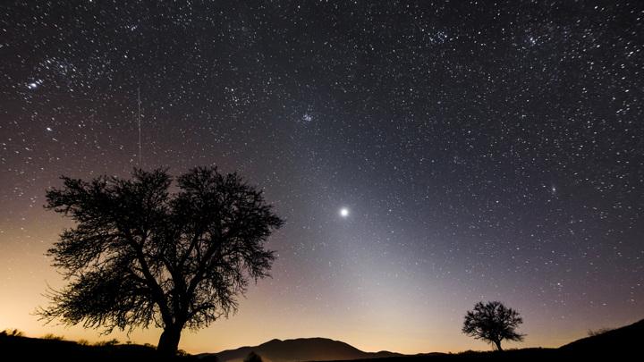 Космическая пыль порождает красивый зодиакальный свет.