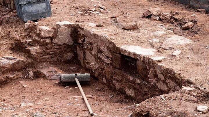Пенсионер нашел на заднем дворе руины древнего дворца