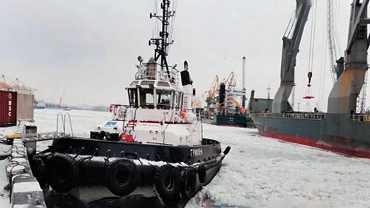 В морском порту Петербурга столкнулись теплоход и буксир
