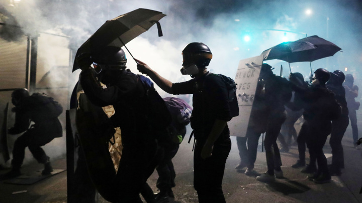 В Портленде против демонстрантов применили газ и задержали