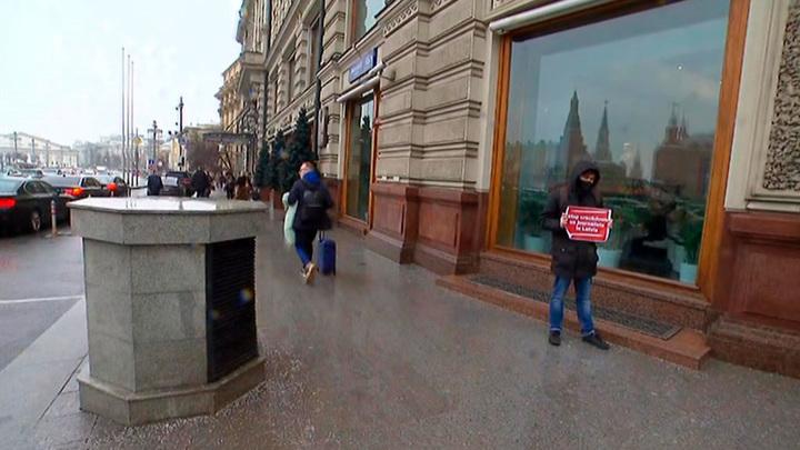 В Москве к председателю ПАСЕ пришел мужчина с плакатом