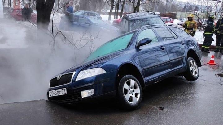 Две машины провалились под асфальт в Зеленограде