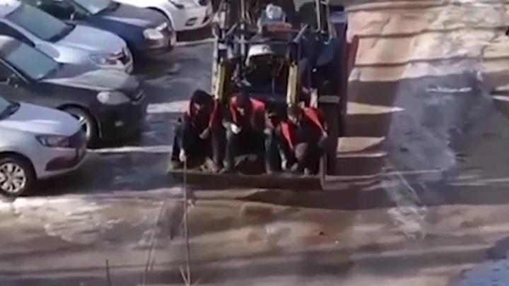 В Оренбуржье рабочие посыпают дороги песком, сидя в ковше бульдозера
