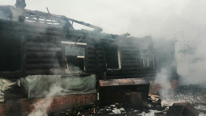 Житель Тверской области погиб, пытаясь потушить горящий дом