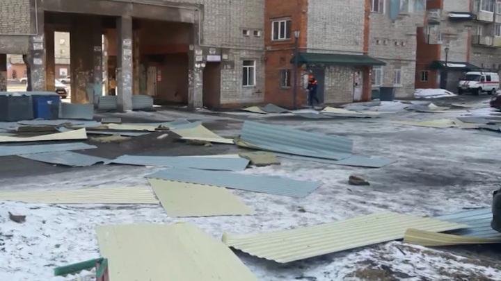 Крышу пятиэтажки сорвало сильным ветром в Хабаровске