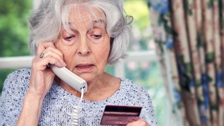 Бабушка и мошенники: как защитить старшее поколение от банковских аферистов