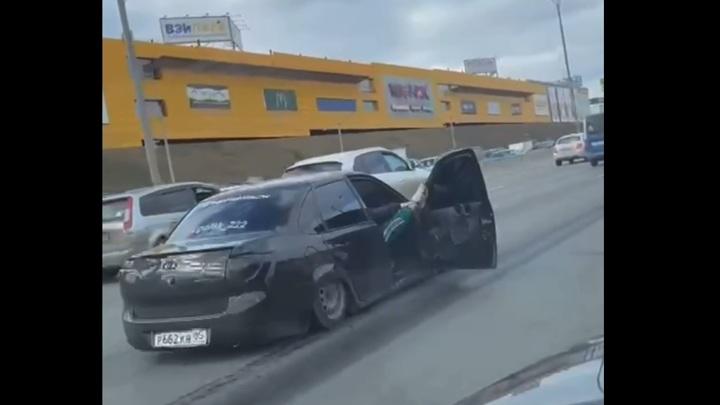 Водитель попросил прощения за поездку по МКАД с открытыми дверями и музыкой