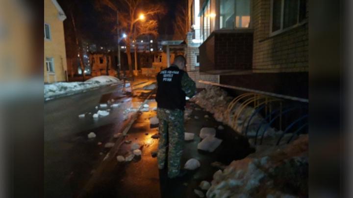 В Вологде на коляску с 8-месячной девочкой упала ледяная глыба