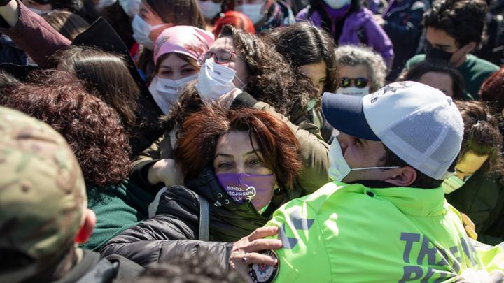 В Стамбуле женскую акцию разогнали газом