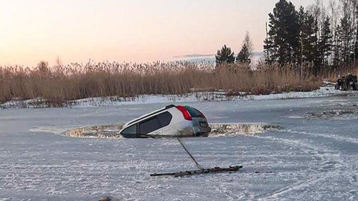 В Тверской области внедорожник провалился под лед