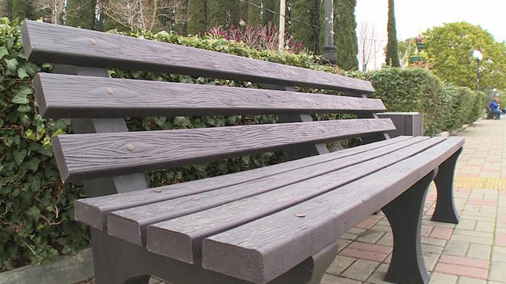 Москвичам снова разрешили сидеть на скамейках и подобных объектах в парках