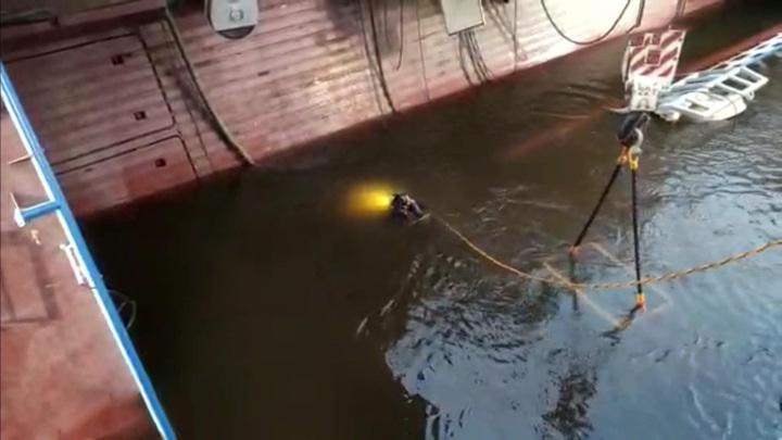 Водолазы обнаружили тело мужчины в опрокинувшемся судне в Ленобласти