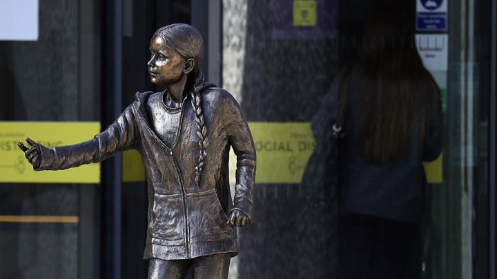Британцы воздвигли первый в мире памятник Грете Тунберг