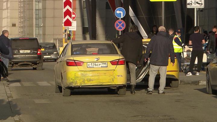 Черников: в Москве ежедневно без водительских прав садятся за руль сотни таксистов