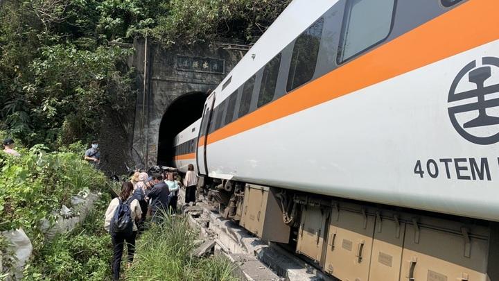 Число жертв железнодорожной катастрофы на Тайване возросло до 48 человек