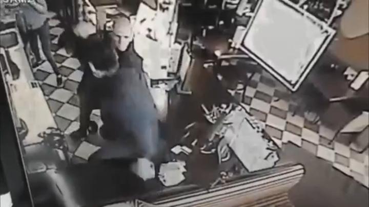 Посетитель набросился с ножом на сотрудников столичного кафе. Видео