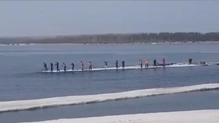 На белом корабле: самарцы плавают на льдине по Волге