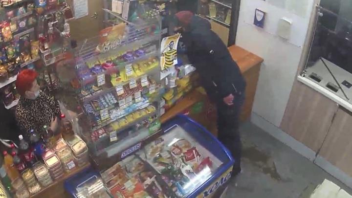 Кулон на шее уберег продавщицу от травм во время вооруженного налета