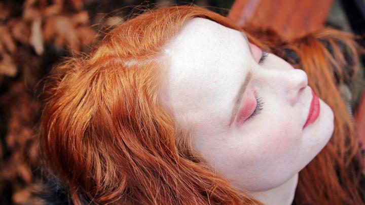 В коже и волосах рыжих людей почти полностью отсутствует чёрно-коричневый пигмент. Это результат генетической мутации.