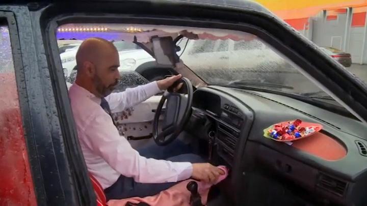 Диван, телевизор и люстра: необычное такси ездит по Саратову