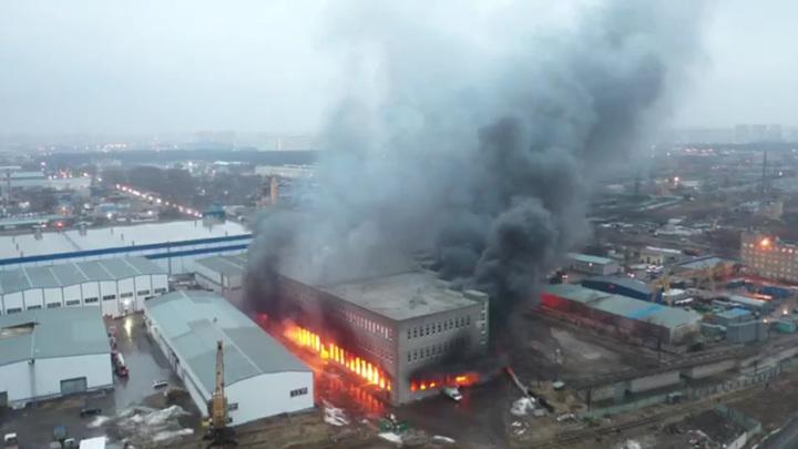 В Люберцах горит склад с бытовой химией