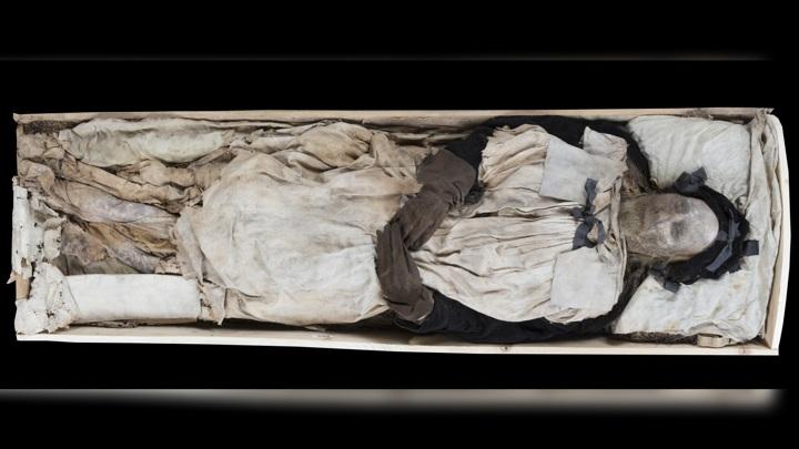 Тело епископа подверглось естественной мумификации.