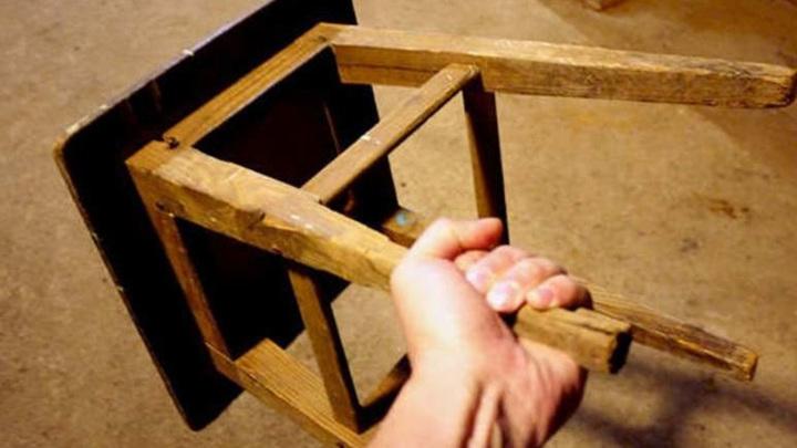 В Новом Уренгое мужчину, сломавшего ребра жене стулом, ждет суд
