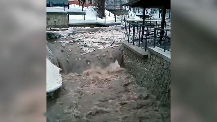 Сход потока воды и снега с гор в реку Белокуриху попал на видео