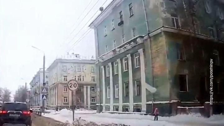 Мастеру УК, допустившей падение ледяной глыбы с кровли в Северодвинске, назначен штраф
