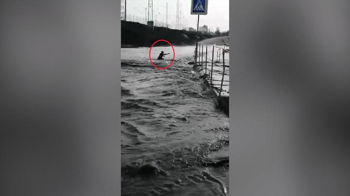 Спас прохожий: башкирского школьника на роликах смыло в реку