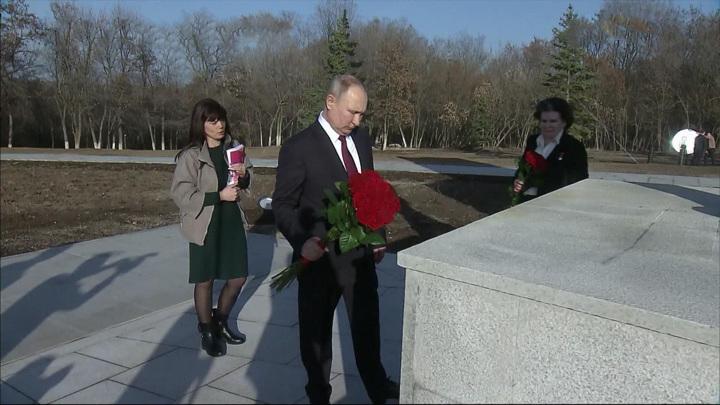 В День космонавтики Владимир Путин посетил мемориальный комплекс в Энгельсе