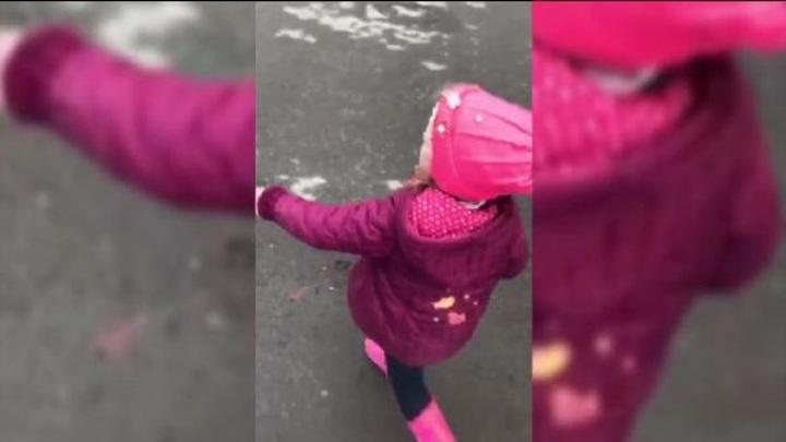 В Тюмени прохожие нашли маленькую девочку рядом с гаражами