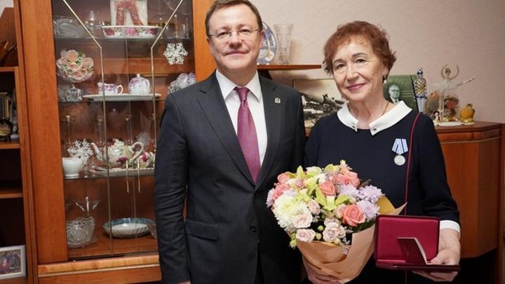"""Азаров наградил ветерана космической отрасли РКЦ """"Прогресс"""""""