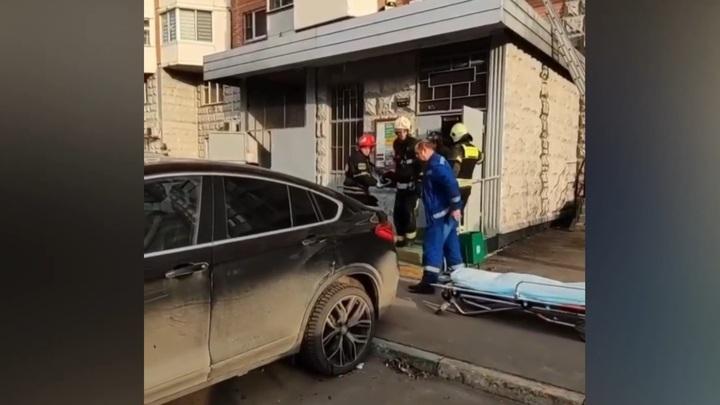 Москвичка выпала с 10-го этажа во время мытья окон